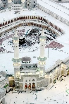 This is an aerial view of the Kaaba in Mecca, Saudi Arabia. Mecca is the holiest city in Islam. Masjid Al Haram, Mecca Masjid, Beautiful Mosques, Beautiful Places, Beautiful Boys, Heiliges Land, Mekkah, Kairo, Islamic Architecture