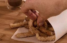 Envie de churros (ou chichis) comme à la fête ? Préparez-les à la maison en suivant notre recette, et vous vous régalerez !