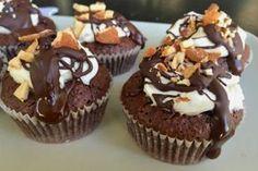 Γίνεται να φτιάξεις κάτι υπερσοκολατένιο, υγρό, μεταξύ σουφλέ και brownie, χωρίς καθόλου αλεύρι; Γίνεται! Αυτά τα cupcakes είναι φτιαγμένα για τους λάτρεις της σοκολάτας αλλά συγχρόνως και για όσους αποφεύγουν τη γλουτένη.
