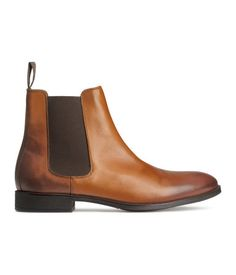 PREMIUM QUALITY. Chelsea-style boots in leather with elastic side panels. Rubber soles.