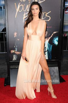 """The model and actress Emily Ratajkowski dazzled everyone by appearing with a gauzy champagne dress and sexy in the avant premiere of """"We are your friends""""."""