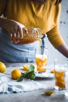 Funkelnder gefrorener Zitronentee - Koch Republic Source by thequietenthusiast Ice Lemon Tea, Lemon Drink, Drinks Alcohol Recipes, Tea Recipes, Alcoholic Desserts, Noodle Recipes, Fuze Tea, Whole Body Cleanse, Smothie