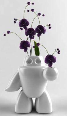 Un robot con corazón llegó para cambiar tu humor.    Un florero ideal para regalar.    Unas flores, un poco de agua y dale vida al florero más original!    Dimensiones: 18x17x13 cm    Materia: cerámica