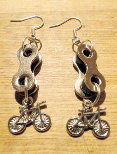 Aros hechos con cadenas de bicicleta recicladas