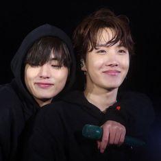 Everyone clung into their lover's embrace except for one boy that hug… V E Jhope, Bts Taehyung, Bts Bangtan Boy, Bts Boys, Jikook, Namjin, Foto Bts, K Pop, Hoseok Bts