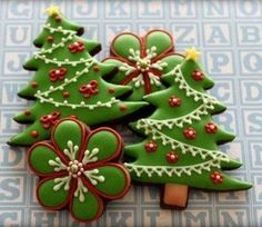 christmas trees by mint_lemonade Christmas Biscuits, Christmas Tree Cookies, Iced Cookies, Christmas Sweets, Christmas Cooking, Noel Christmas, Holiday Cookies, Christmas Cakes, Christmas Flowers