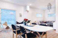 Erilaiset himmelit ovat nousseet  joulun sisustustrendeiksi. Dining Table, Furniture, Home Decor, Decoration Home, Room Decor, Dinner Table, Home Furnishings, Dining Room Table, Home Interior Design