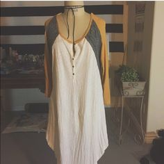 Free People Boho Top Beautiful lace detailing on the back. Worn only twice. Long top. XS but can fit up to large. Free People Tops Tees - Long Sleeve
