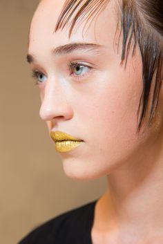 La bouche gold du défilé Prada de Fashion Week de Milan.