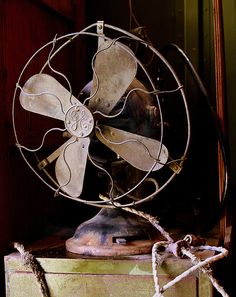 old general electric fan Antique Fans, Vintage Fans, Electric Fan, General Electric, Marguerite Duras, Old Fan, Tv Sets, Record Players, Deco