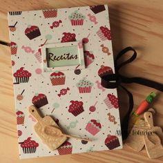 Doces, delicias e quem sabe aquele jantarzinho com receita especial bem no meio da semana?! Nada complexo, simples porém gostoso. Guarde suas receitas especiais em um livro cheio de charme e feito com muito amor. Na loja www.ateliefofurices.iluria.com⠀ ⠀ ⠀ #receitas #food #caderno #livro #book #bookbinding #encadernacao #artesanal #artesanato #livrodereceitas #feitoamao #handmade #presente #natal #cozinha #kitchen #cook #cupcake ⠀