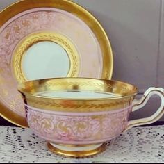 Нет описания фото. Pink Coffee Cups, Pink Cups, Tea Cups, Vintage Dishes, Vintage Tea, Elegant Table Settings, Pottery Teapots, Chocolate Cups, China Plates