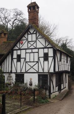 England Travel Inspiration - let me introduce you to beautiful village of Chilham in Kent. The castle was once visited by Jane Austen for dinner and the village was recently used in the BBC production of Emma. If you are touring the Kent countryside make sure you pop in for a visit and read my travel tips for Chilham including the best spot of gluten free scones!