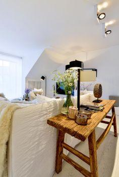 Místnosti vévodí vícedílná péřová pohovka a křesla (Gervasoni) potažená bílou lněnou textilií. Podlaha je zhotovená z bíle lakovaných a katrovaných dubových desek. Ze starého dřeva je vyroben stůl i stoličky.