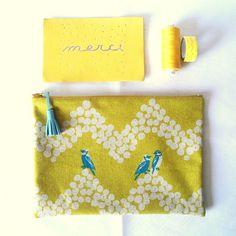 MITSI et CIE Pochette en tissu perruche jaune moutarde et pompon en cuir turquoise shop sur www.mitsiroom.com