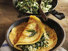 Leichtes Pfannkuchen aus Kichererbsenmehl mit Mangoldgemüse Rezept | EAT SMARTER