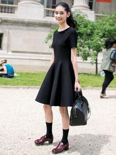 プレーンな半袖と立体的なフレアが魅力的なリトルブラックドレスとバッグは「サンローラン」。靴は「プラダ」。ソックスでほんのりカジュアルダウン。