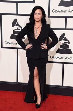 Demi Lovato arrasa na alfaiataria (o look é Norisol Ferrari) e no body chain (de Loree Rodkin)!