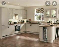 Kitchen Wall Units, Kitchen Room Design, Kitchen Layout, Home Decor Kitchen, Kitchen Ideas Square Room, L Shaped Kitchen Interior, Beige Kitchen Cabinets, Kitchen Flooring, Open Plan Kitchen Dining Living