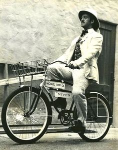 David Niven as Phileas Fogg rides a bike on the set of Around the World in 80 Days, dir by Michael Anderson. Velo Vintage, Vintage Cycles, Vintage Bikes, David Niven, Around The World In 80 Days, Cycle Chic, Bike Rider, Bike Style, Classic Movies