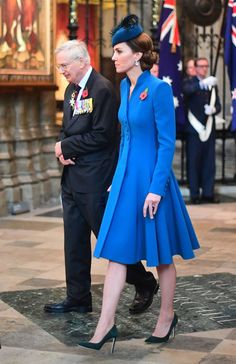 The Duchess of Cambridge attended today's ANZAC Day service of commemoration and thanksgiving at Westminster Abbey. The Duchess attended… Princess Kate Middleton, Kate Middleton Photos, Kate Middleton Style, Gloucester, Prince Harry, Duchesse Kate, The Duchess, Catherine Walker, Tips Fitness