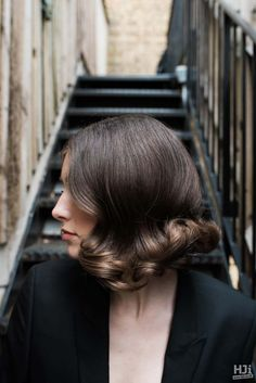 Short bob in chocolate brown with centre parting and brushed out curls Sweet Like Chocolate, Chocolate Brown, Most Common Hair Color, Brushed Out Curls, Pixie Crop, Blunt Bob, Hairdresser, Centre, Short Hair Styles