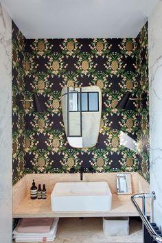 Oser le papier peint dans la salle de bains !