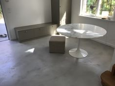 Snyggt golv i färgen ljusgrå från Designbycement. Cement, Dining Table, Furniture, Design, Home Decor, Decoration Home, Room Decor, Dinner Table