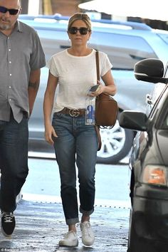 Jennifer Aniston wearing Chloe Faye Backpack in Tan, Gucci Gg Leather Belt and Common Projects Tournament Sneakers Jennifer Aniston Style, Jennifer Aniston Fotos, Jennifer Aniston Pictures, Chloe Faye Backpack, Jeniffer Aniston, Casual Outfits, Summer Outfits, Fashion Outfits, Mode Inspiration