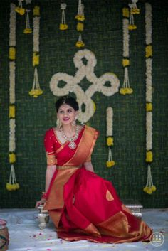 Traditional Southern Indian bride wearing bridal silk saree, jewellery and hairstyle. Indian Bridal Makeup, Indian Bridal Fashion, Indian Bridal Wear, Bride Indian, Kerala Bride, South Indian Bride Saree, Indian Wedding Sarees, Red Saree Wedding, Tamil Wedding