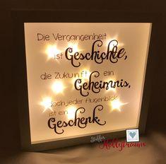 Weißer Bilderrahmen mit integrierter Lichterkette und einem Spruch (siehe Foto) auf Effektfolie. Diese Effektfolie hat einen tollen Sterneffekt, der durch die Beleuchtung super zur Geltung kommt!...