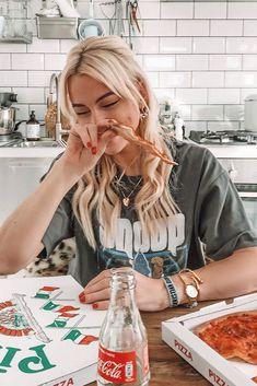 Laut einer studie ist pizza besser als müsli Photo Restaurant, Pizza Pictures, Girl Pictures, Pizza Girls, Breakfast Pizza, Breakfast Cereal, Eat Pizza, Pizza Food, Insta Photo Ideas