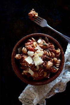 Ces pâtes sont pratiquement aussi faciles à faire que d'arroser allègrement des rotini de sauce du commerce. En plus, c'est un choix à préconiser dans l'optique où vous désirez cuisiner vous-mêmes la majorité de vos repas.  Si le temps vous manque les soirs de semaine et que vous avez une panne d'inspiration en prime (Le combo parfait quoi!), cette recette saura vous charmer. Laissez de côté les plats surgelés et courrez vite vous acheter des tomates en dés! #rotini #pasta #photography…