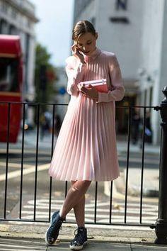 17 Chicas que te inspirarán a llevar tus vestidos con tenis