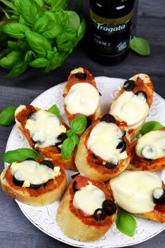 Zapiekana bagietka z mozzarellą, pesto, oliwkami, pomidorami - Po Prostu Pycha