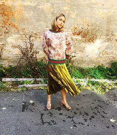A Gucci gold lurex plissé skirt, herbarium print sweatshirt with knitted green-red-green Web trim, and Marmont leather mid-heel pumps. Love Fashion, Luxury Fashion, Fashion Looks, Fashion Design, Green Web, Red Green, Alessandro Michele Gucci, Preppy Trends, Lace Skirt