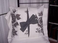 HOUSSE DE COUSSIN - Tons de blanc et gris avec des roses et un nœud - FAIT MAIN.