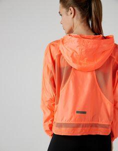 Cazadora sport capucha. Descubre ésta y muchas otras prendas en Bershka con nuevos productos cada semana