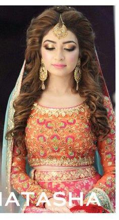 Latest Pakistani Bridal Wedding Hairstyles Trends Collection consists of beautiful bridal braids, updos, buns, curls with flowers etc Pakistani Bridal Makeup, Pakistani Wedding Dresses, Indian Dresses, Bridal Dresses, Pakistani Mehndi, Mehendi, Pakistani Wedding Hairstyles, Sexy Bluse, Asian Bridal