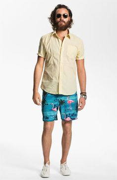 Tight shorts, mismatching shirt, shaggy beard, vacant expression: you can pick two, but not all. Then you look homeless. Cool Outfits For Men, Summer Outfits, Stylish Men, Men Casual, Flamingo Shorts, Urban Fashion, Mens Fashion, Mens Jogger Pants, Shorts With Tights