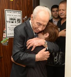 President Shimon Peres visited the families of the soldiers killed by Hamas