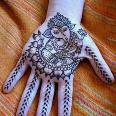 mehendi... sri ganesha. this is really done very nicely, i like it alot