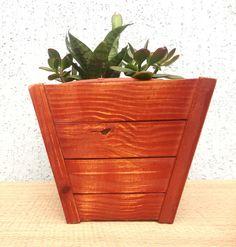 Cachepot de Madeira Pinus Tratado com Polysten - 23cm.  Com o tratamento, o cachepot tem uma vida útil muito maior! Fica protegido e bonito!  Não acompanha planta.    Dimensões  - Boca: 23 x 23cm  - Altura: 20cm  - Peso: 1100g