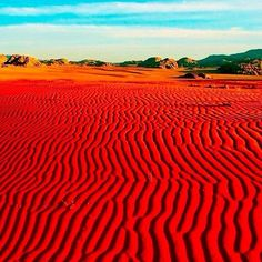 No te pierdas en Jordania: Llegar al Tesoro de Petra caminando por el Siq, darte un baño de lodos y aguas en el Mar Muerto, volar en globo por el desierto de Wadi Rum, contemplar la puesta de sol desde la ciudadela de Ammán.