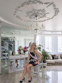 Марина Алексейчик — модель и телеведущая, актриса, художник, волонтер, помогающий детским домам. Известность ей принесла победа в конкурсе «Миссис мира-2014», финал которого проходил в США, но сначала она стала «Мисс Томск» и «Вице-мисс Вселенная — Россия». Живет королева красоты в одном из престижных районов столицы, а интерьер своей квартиры она создавала вместе с профессиональным архитектором-дизайнером Еленой Булагиной... В журнале «Красивые квартиры» №1 (146) '2016