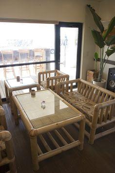 Resultado de imagen para where does the material used to make cane furniture grown Cane Furniture, Bamboo Furniture, Furniture Design, Bamboo Sofa, Bamboo House Design, Townhouse Interior, Bamboo Architecture, Decoration, Home Decor