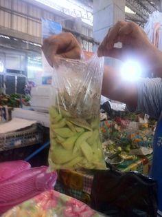 El Salvador - En el mercadito de merliot: mango verde con alhuashte, limon y sal / suchitoto.tours@gmail.com