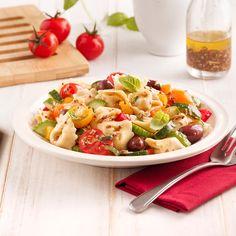 Colorful tortellini salad rnrnSource by Mexican Food Recipes, Vegetarian Recipes, Healthy Recipes, Ethnic Recipes, Healthy Food, Tortellini Salad, Pasta Salad, Plat Vegan, Food Tags