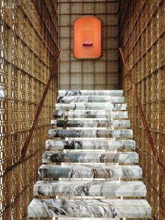 escalier intérieur design en marbre et cage d'escalier originale