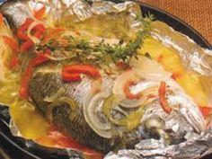 Receita de Dourada em Papelote com cebolinho e tomate - http://www.receitasja.com/receita-de-dourada-em-papelote-com-cebolinho-e-tomate/